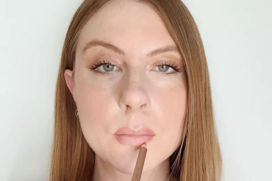 rellena las esquinas exteriores de los labios